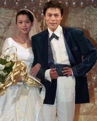 55歲洪榮宏閃娶「小鄧麗君」三度結婚,嬌妻美貌曝光!才知道他為什麼藏的這麼深!