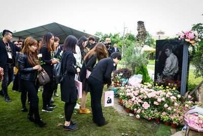 英年早逝的明星墓地,喬任梁一年四季鮮花不斷,她與父親葬在一起
