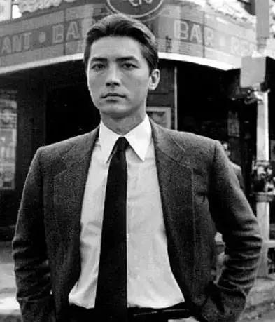 淡出影壇近10年,66歲尊龍近照曝光認不出,但是看了他年輕時的照片,網友:難怪當年被譽為東方第一美男!