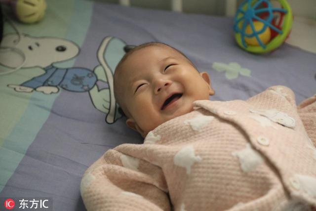 女兒突然不買零食玩具,三個月攢下13塊錢,原來只為給弟弟看病