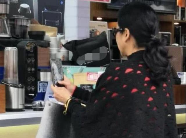 郭晶晶婆婆與好友逛街購物,當看清她們買的東西後,網友炸鍋了!