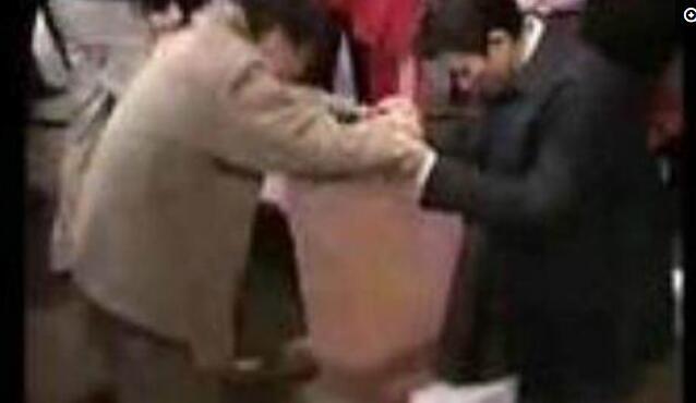 劉德華與殘疾人握手,一個細節引起了所有人的注意
