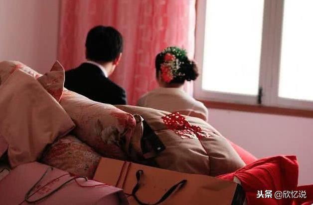 女子結婚陪送豪車現金,婚禮結束後回家,卻隔門聽到婆婆的話……