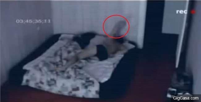 他每次睡醒都覺得全身「異常痠痛」好奇之下在房間安裝攝影機!沒想到最後竟然錄到他晚上被....太可怕了!