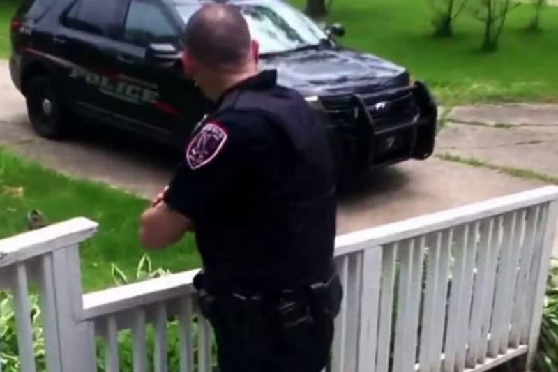 9歲女孩每天跟員警打招呼…這天卻沒現身,他憑直覺進屋及時救了她一命!