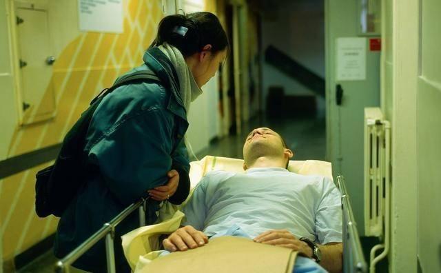 丈夫手術妻子四處籌錢,打開保險櫃夾層,兒媳跪在婆婆門前