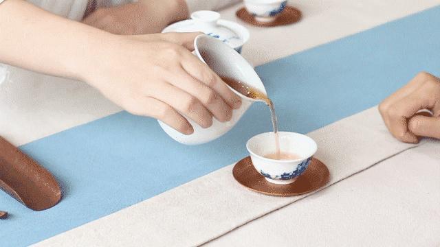 別人給妳倒茶,為什麼要敲三下桌麵?不懂別亂敲!