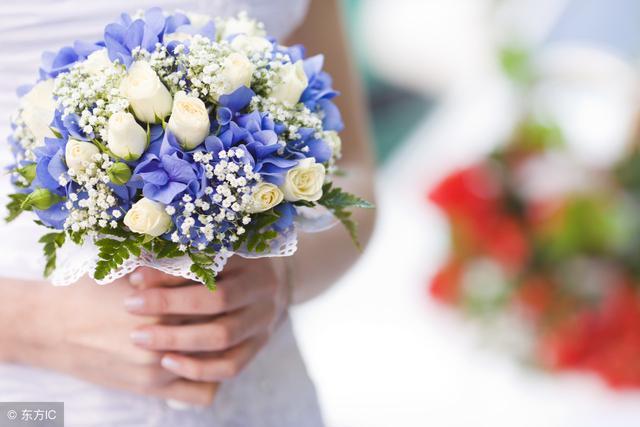 娶大我十歲的女人,母親勉強同意,婚禮上認出新娘,媽媽全程流淚 !
