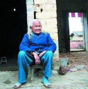 真實故事:廣西95歲老太入殮6天後,居然自己爬出棺材回來煮粥