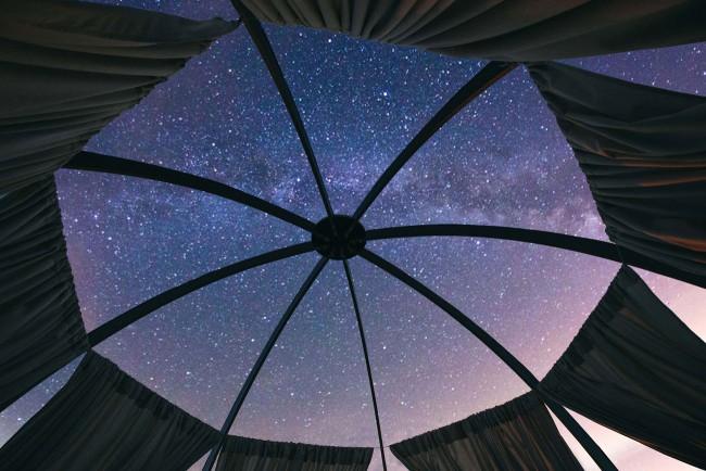 還有沒有更過癮的露營方式?移動式透明綠洲 Oaze 讓你躺著看星星