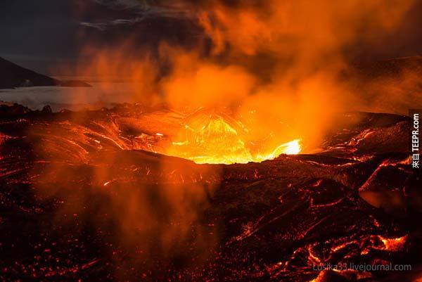 岩漿的溫度高達攝氏700C到1200C。<BR><BR>一碰到的話你的皮膚會直接燒掉。<BR><BR>