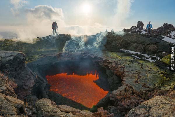 這座火山一點都不溫順。<BR><BR>在1975年的時候就發生過一次地震和火山爆發。<BR><BR>
