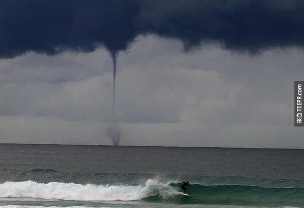 10.) 在澳洲海岸一帶,一位衝浪者在岸邊遇上了海龍捲風。<BR><BR>