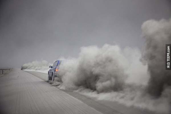 12.) 艾雅法拉火山爆發後,煙霧環繞著冰島。<!-- 電腦板-文章內插廣告-336X280 --> <br><br> <div align=