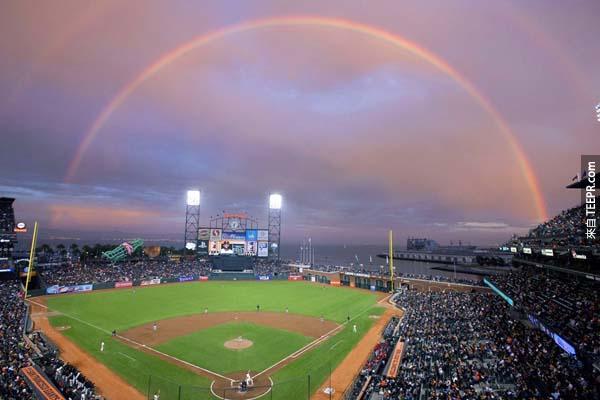 19.)在球賽期間,一道彩虹跨越了舊金山的城市。<BR><BR>