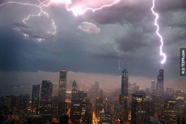 2.) 在暴風雨中,閃電擊中了芝加哥威利斯大廈。<BR><BR>