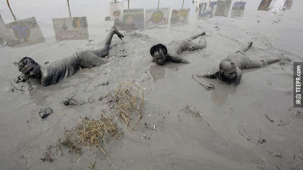 5.) 受難者浸泡在印度尼西亞泥火山所噴發出來的「泥池」當中,看這張照片就可以知道當時的情況多麼的險惡。<BR><BR>
