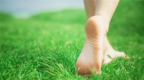 老婆天天用「漱口水」泡腳,我們全家都嚇壞了!沒想到1周後,「她的腳」讓我重新愛上她!