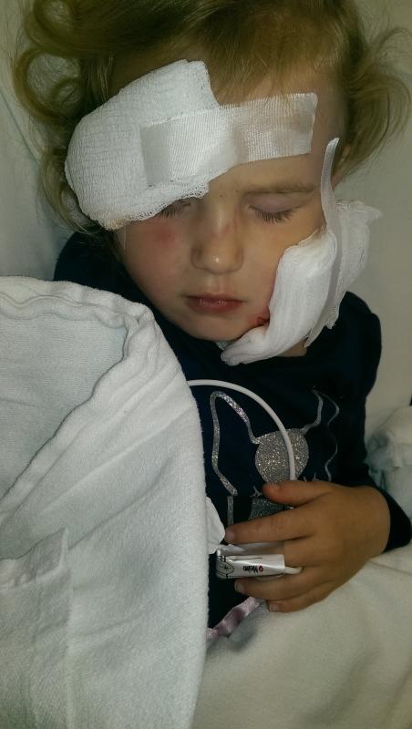 這個媽媽留下自己的女兒在車座上獨自睡覺,當她返回車上時她看到了女兒「臉上布滿傷痕」,接下來才發現了「令人訝異的真相」!