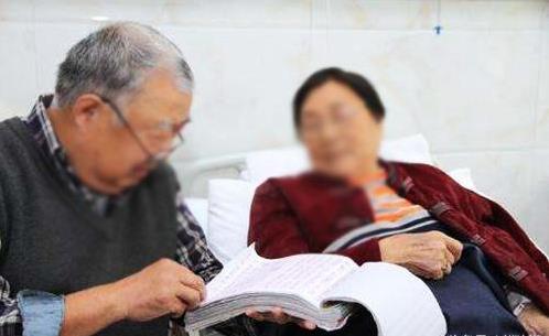 老人挺著大肚子參加葬禮卻被趕走,之後再沒離開墳前,她去世眾人才知「懷孕」真相