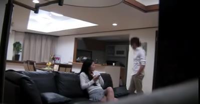 老公懷疑妻子包養小鮮肉在房間裝了監視器,不料拍下了讓人震驚的畫麵!!!
