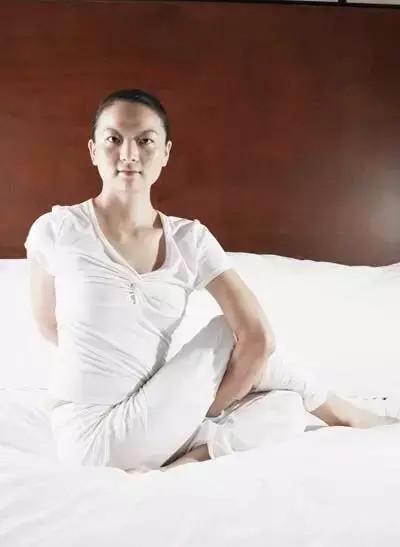 超簡單的睡前瑜伽,躺在床上就能做!每晚只要10分鐘,一個禮拜後的變化讓你自己都不敢相信!!